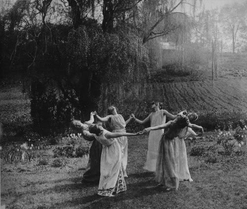 wp-content-uploads-2014-01-black-and-white-dance-nature-pegan-vintage-witches-favim-com-46861